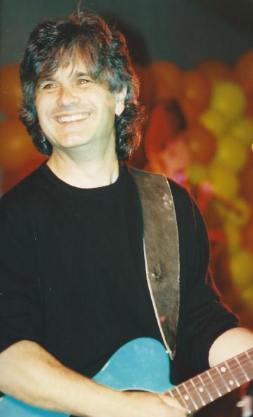 Laurence Juber is all smiles - N.J. `97